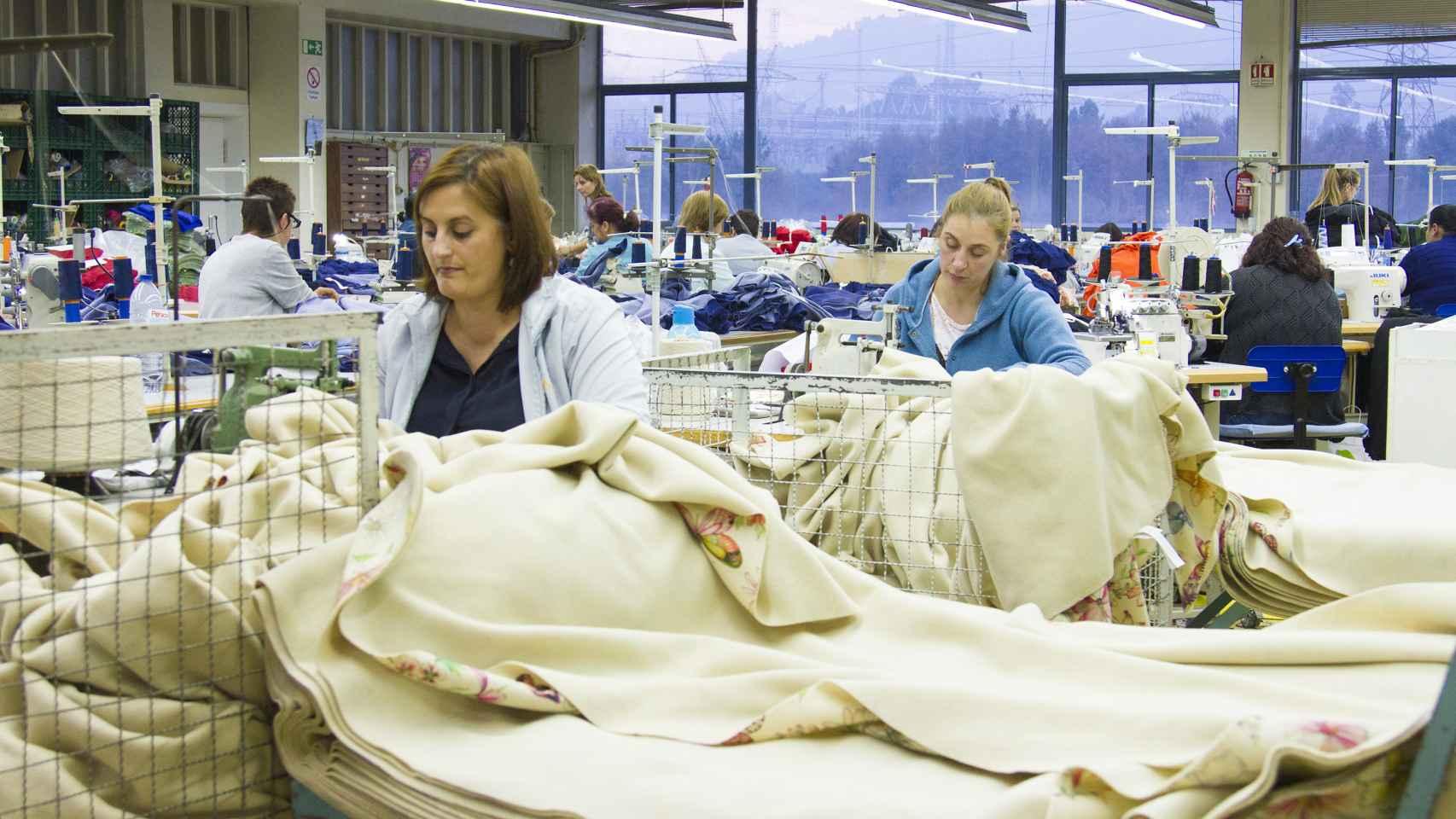 Costureras trabajan en la fábrica de Crispim Abreu en Serzedelo.