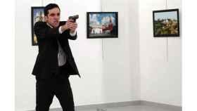 El asesino apunta al público tras disparar al embajador ruso./ Burhan Ozbilici / AP GTRES