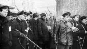 Trabajadores y soldados armados, en Petrograd, en 1917.