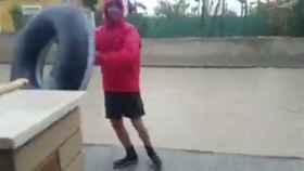 Aquí uno de los murcianos que ha optado por ponerle mucho humor a las lluvias.