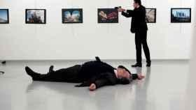 Andrei Karlov, embajador ruso en Turquía, yace en el suelo tras ser disparado por Mevlut Mert Altintas.
