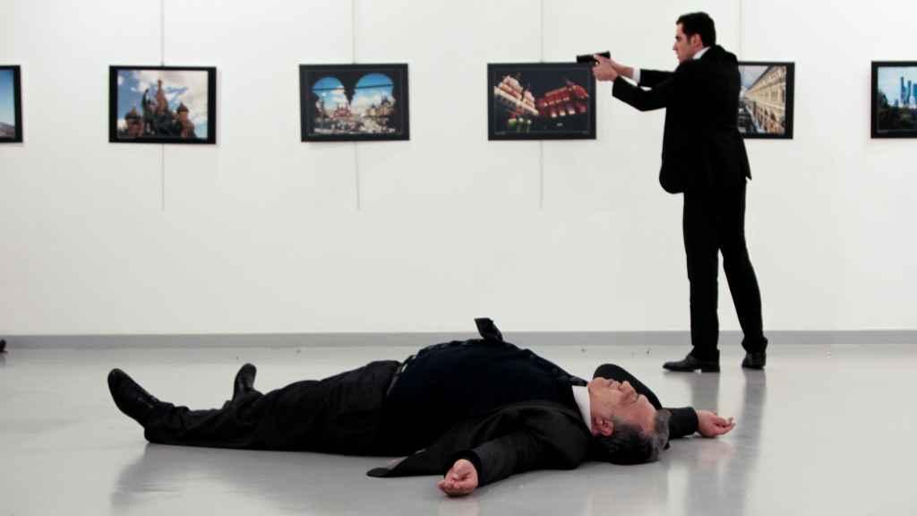 El embajador ruso en Turquía yace en el suelo tras ser disparado por Mevlut Mert Altintas.