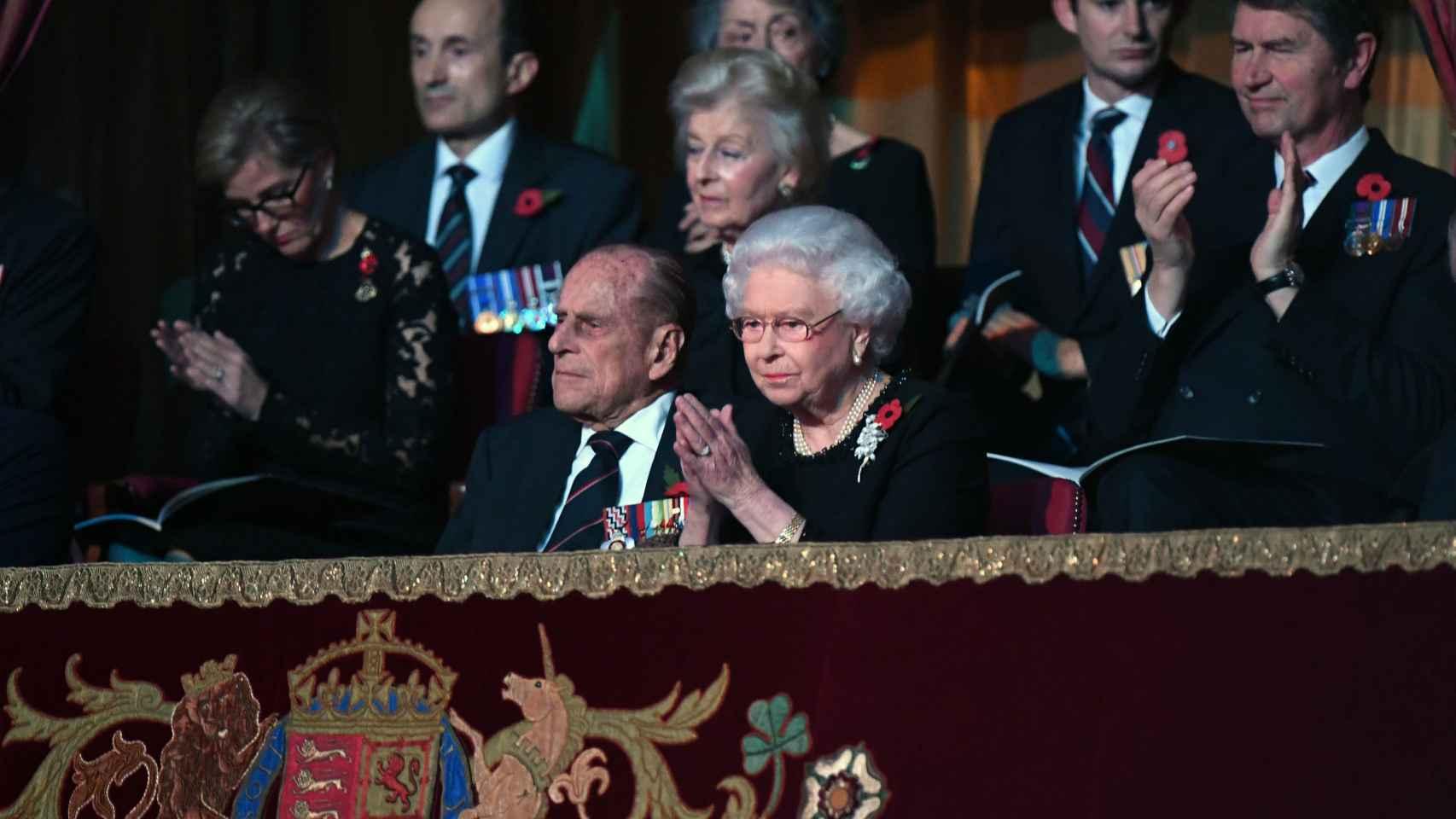 La reina Isabell II y su marido el Duque de Edimburgo en el palco del Royal Albert Hall en noviembre de este año.