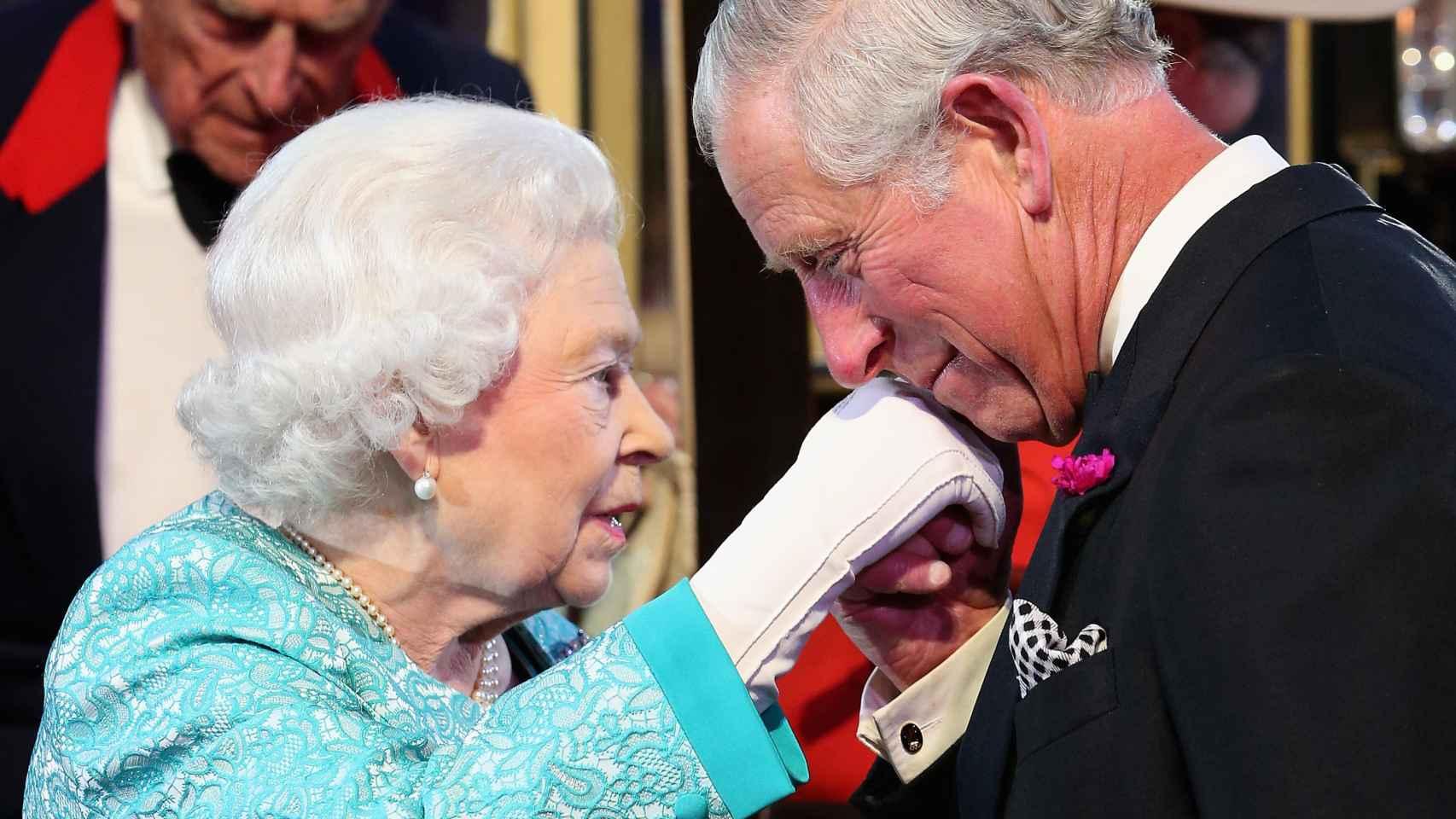Carlos de Gales besa en la mano a su madre, la reina Isabel II, tras el baile de su 90 cumpleaños.