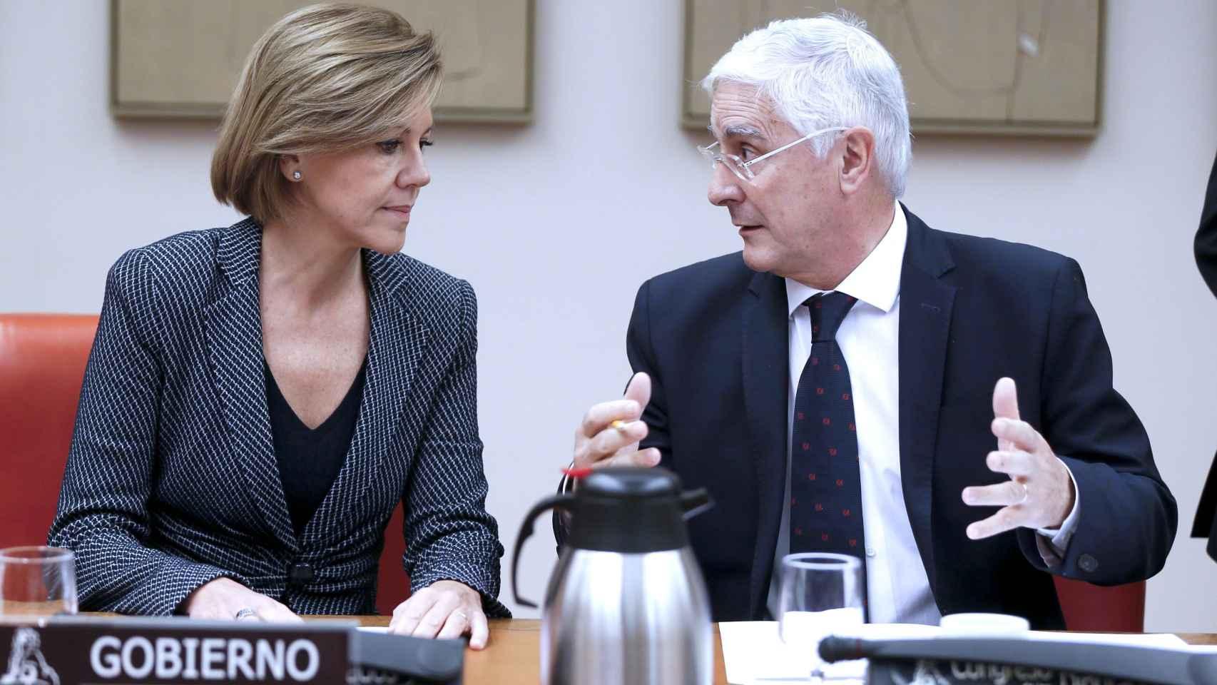María Dolores de Cospedal, conversa con el presidente de la Comisión de Defensa del Congreso, José María Barreda.
