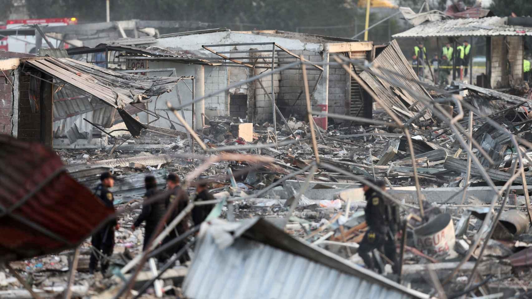 Policías entre los restos de la fábrica de San Pablito. /Reuters