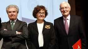 Víctor García de la Concha junto a los exdirectores Carmen Caffarel y César Antonio Molina.