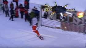 El 'youtuber' Casey Neistat haciendo snowboard impulsado por un dron.
