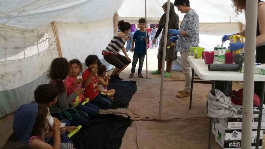 La enfermera Gemma Poca (en el centro, con guantes) ayuda a niños refugiados en un campamento.