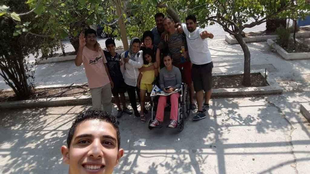 Sahar posa con toda su familia y Gemma para guardar un recuerdo de su encuentro en Grecia.