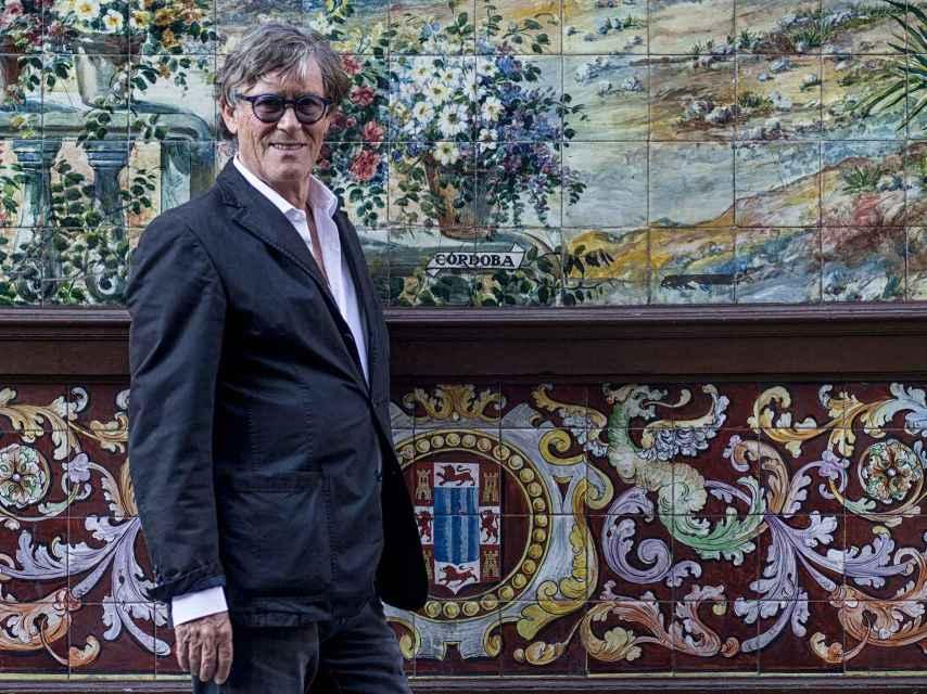 Simon Casas, en la fachada del Villa Rosa.