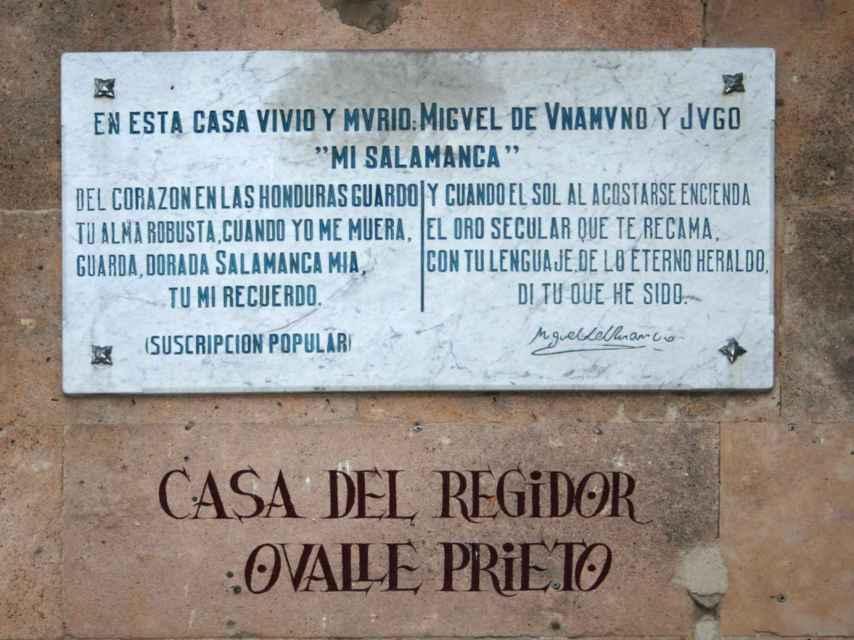 La lápida que se instaló, con versos unamunianos, en la fachada de la casa donde vivió y murió, en la calle Bordadores.