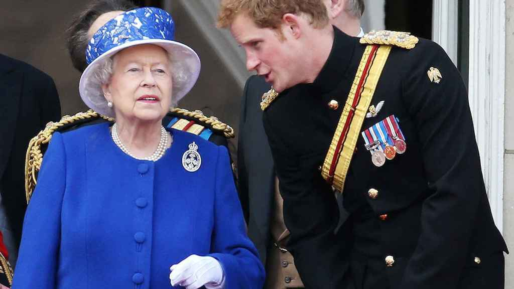 La reina de Inglaterra con su nieto Harry