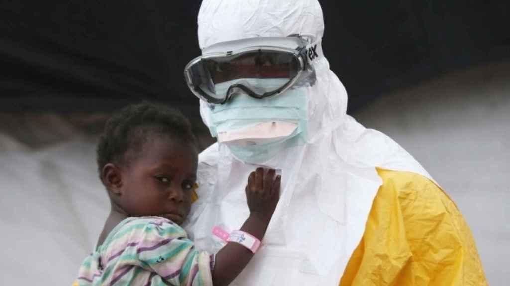 Un sanitario protegido en la zona del brote de ébola.