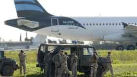 Tropas maltesas frente al avión supuestamente secuestrado.