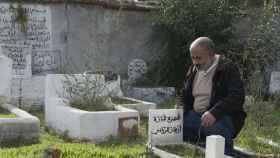 Mohamed Riani, imán y enterrador en el cementerio de Griñón (Madrid), junto a la tumba de su hija.