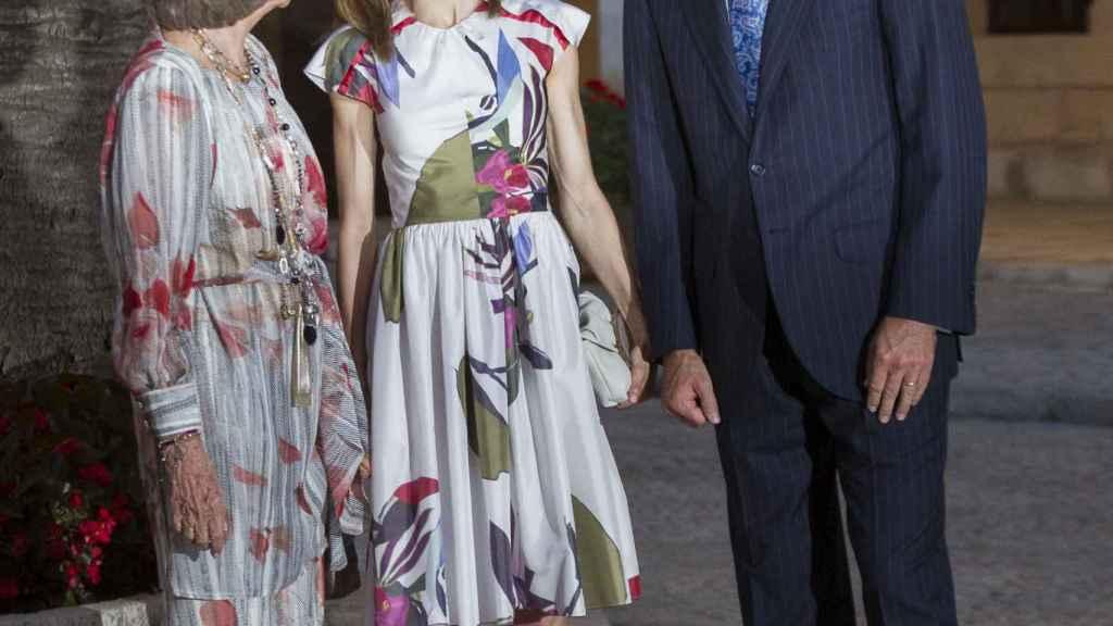 Letizia con su marido y su suegra en La Almudaina, este verano.