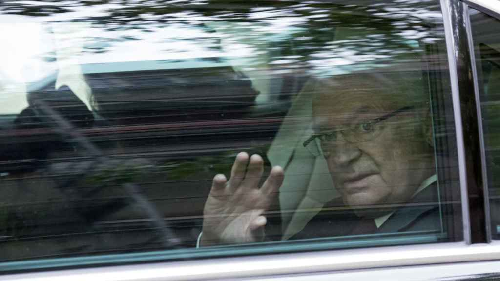 El rey Carlos Gustavo ha permanecido todo el fin de semana muy pendiente de su esposa.