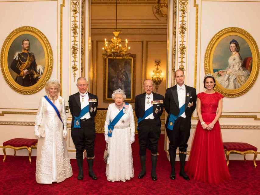 Tres generaciones de la Familia Real británica en una imagen oficial.