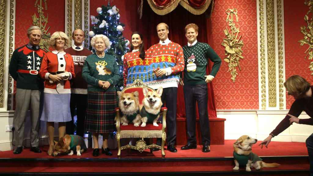 Las figuras de cera de la Familia Real británica son este año de lo más navideño.