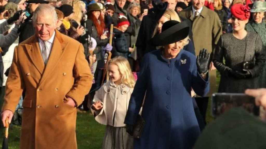 El príncipe Carlos junto Camila, este domingo tras la misa de Navidad.