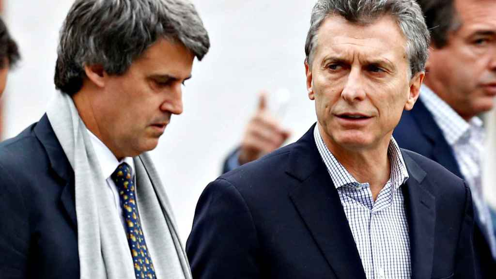 El presidente argentino Mauricio Macri junto al exministro de Hacienda, Alfonso Prat-Gay.