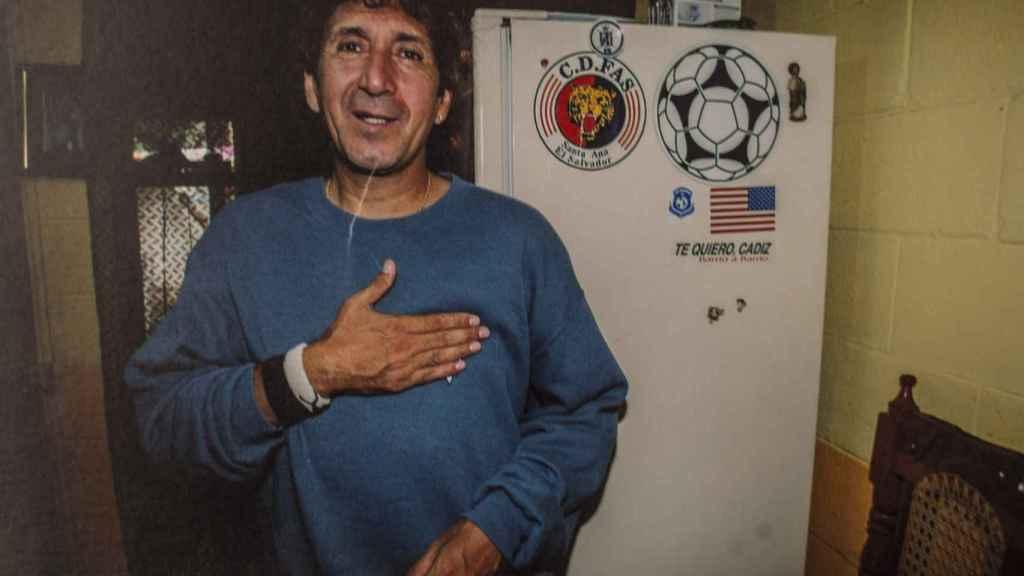 En la nevera de su casa en San Salvador, Jorge González tiene una pegatina en recuerdo a Cádiz, ciudad que le dejó un sello imborrable en su corazón. La foto fue tomada durante el tiempo que su hijo gaditano se instaló en El Salvador.