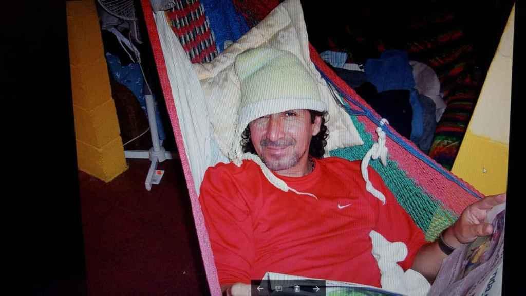 En su casa de San Salvador, Mágico González se pasa el día viendo la televisión y comiendo polos de hielo tumbado en su hamaca.