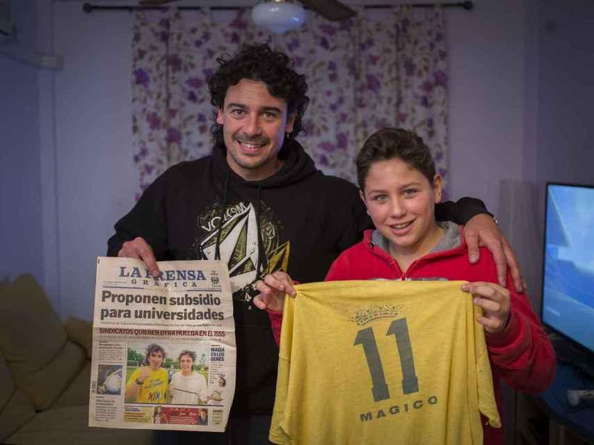 Jorge Junior y Aitor (hijo y nieto del salvadoreño) en su casa de Chiclana, donde guardan muchos recuerdos en forma de recortes de periódico, fotos o camisetas del astro centroamericano.