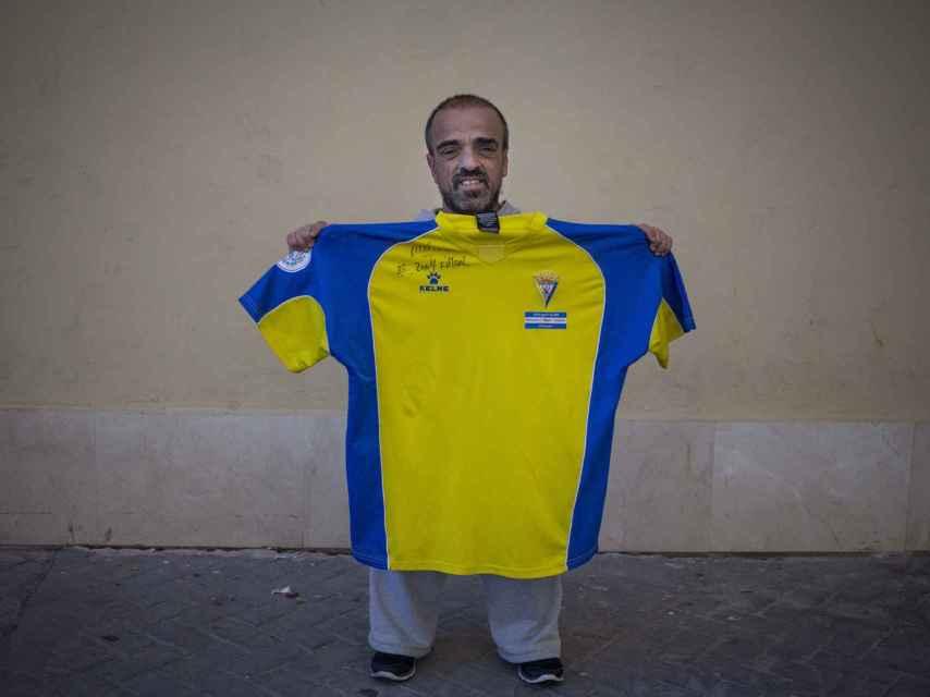 Emilio Ramírez posa con la camiseta que El Mago le firmó en 2004, cuando viajó hasta El Salvador para participar en el homenaje al futbolista.