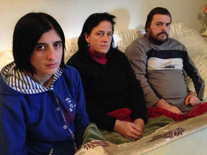 La hermana, la madre y el padrastro de Benita, que abren a EL ESPAÑOL la puerta de la vivienda donde la chica vivió un infierno, según el fiscal.