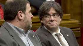 Puigdemont y Junqueras en el Parlamento catalán.