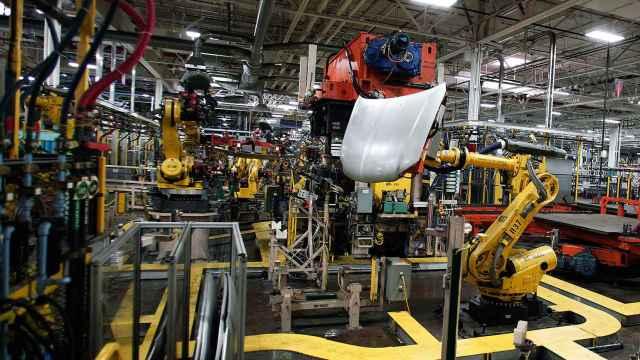 Robots en una factoría de vehículos.