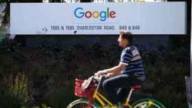 Un empleado se dirige a las oficinas de Google