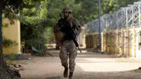 Un soldado español patrulla en la base militar de Koulikoro, en Mali.
