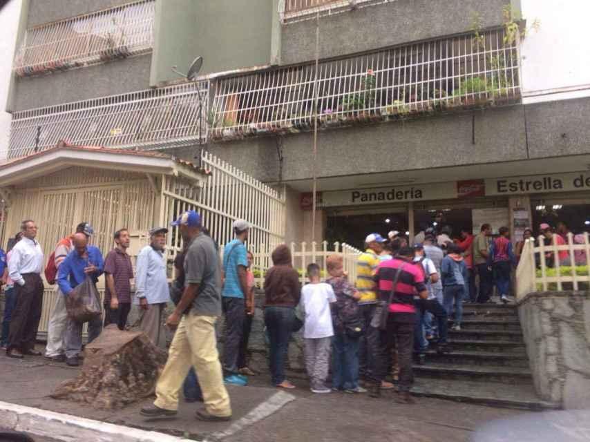Más de cincuenta personas hacen cola para intentar comprar pan
