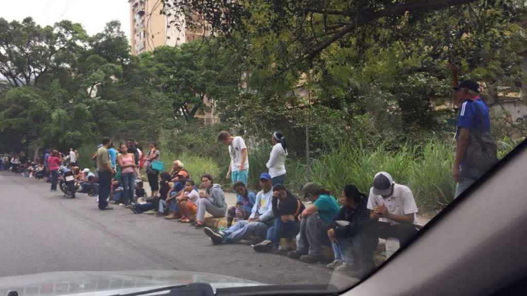 Colas kilométricas el día que llega papel higiénico a los comercios de Caracas