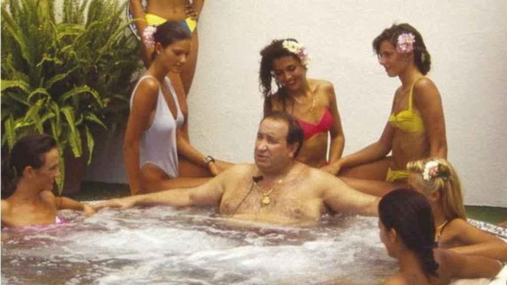 Jesús Gil, en el jacuzzi rodeado de mujeres.