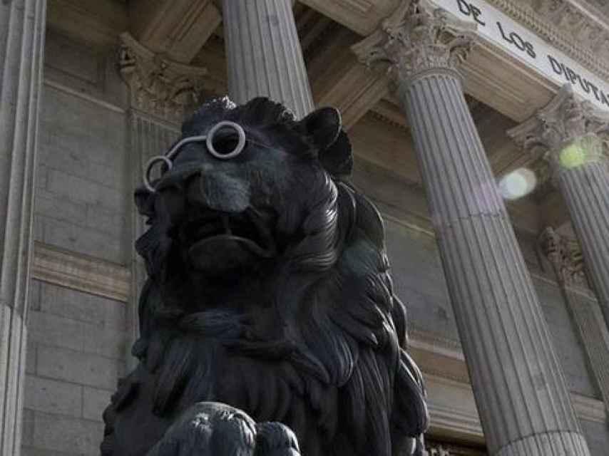Anteojos para los leones del Congreso de los Diputados para celebrar el año Cervantes.