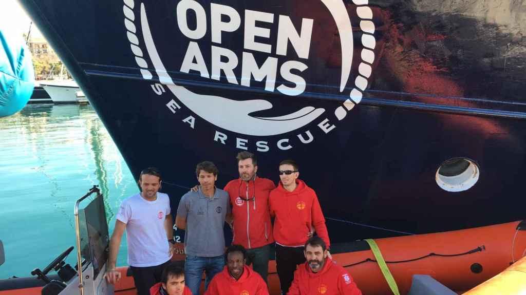 Óscar Camps (decha y abajo) dirige la ONG de salvamento Proactiva Open Arms.