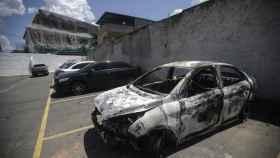 Imagen del coche en el que calcinaron el cuerpo del embajador griego en Brasil.