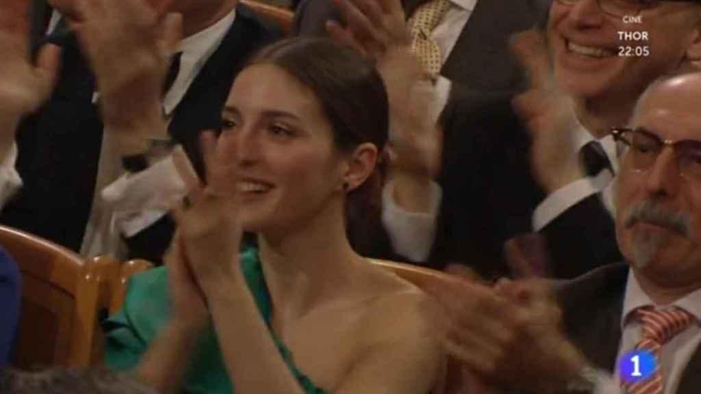 María Valverde aplaude emocionada a su chico al finalizar el concierto de Año Nuevo