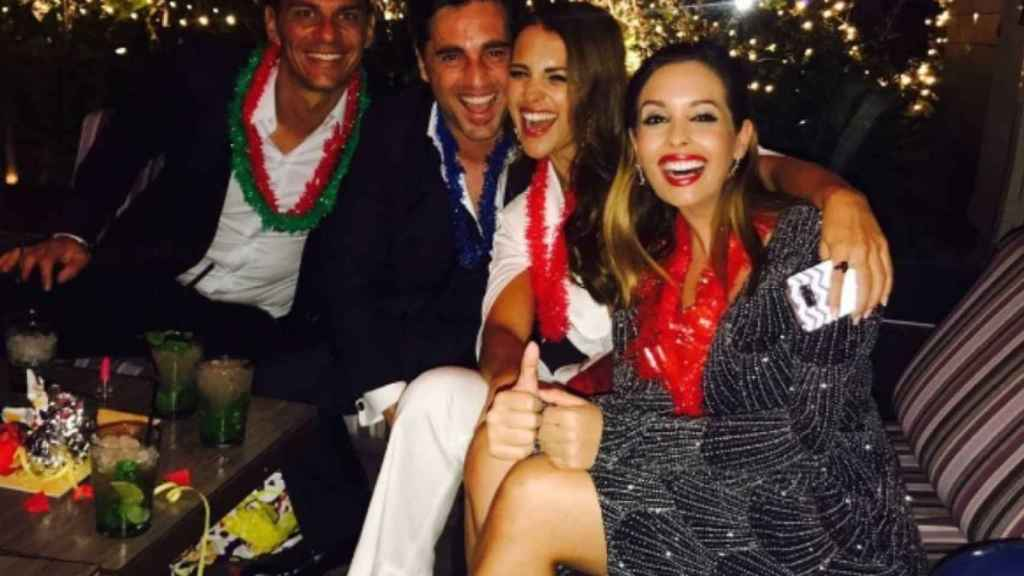 David Bustamante y Paula Echevarría (en el centro) junto a dos amigos despidiendo en año en Canarias