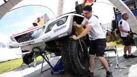 Un mecánico prepara uno de los Peugeot antes de las verificaciones técnicas.
