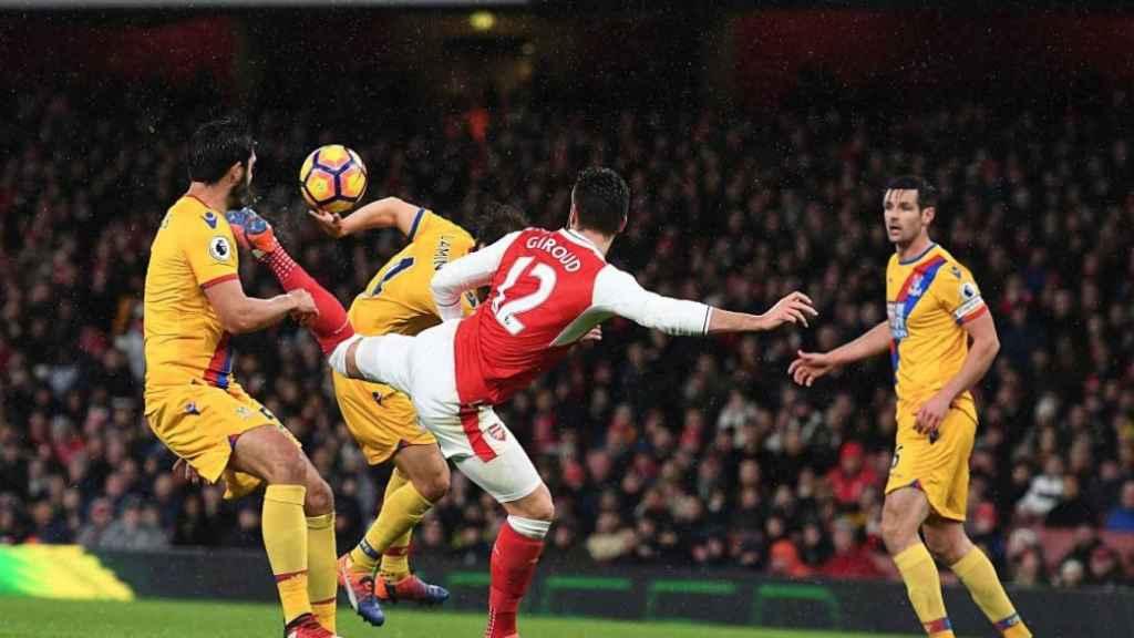 Giroud en el momento de su acrobático remate.