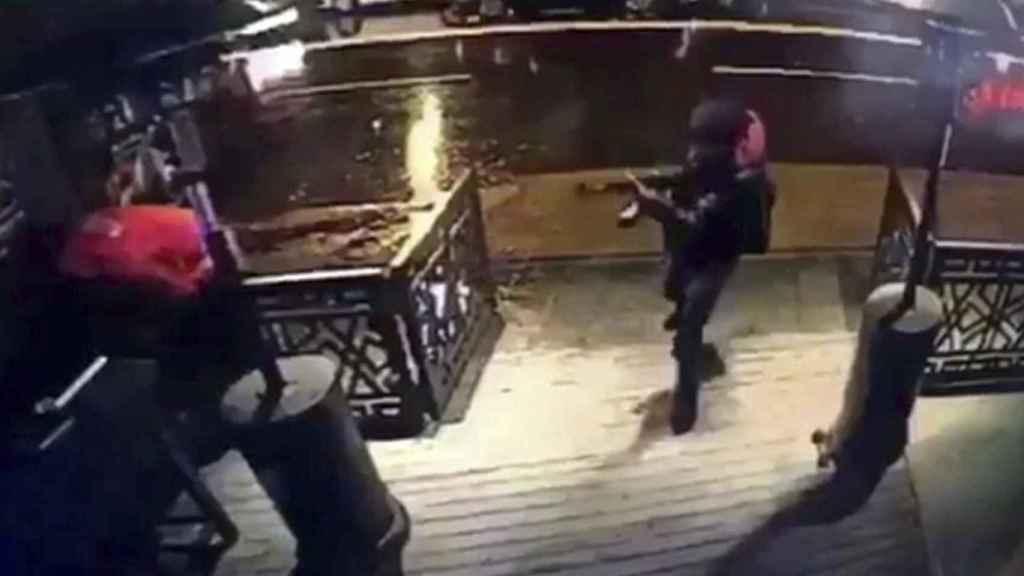 Una captura de vídeo muestra a un atacante en la sala de fiestas Reina de Estambul