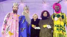 Los Reyes Magos de la Cabalgata del año pasado junto a Manuela Carmena.