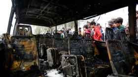 Un vehículo calcinado a consecuencia del ataque con coche bomba en Bagdad