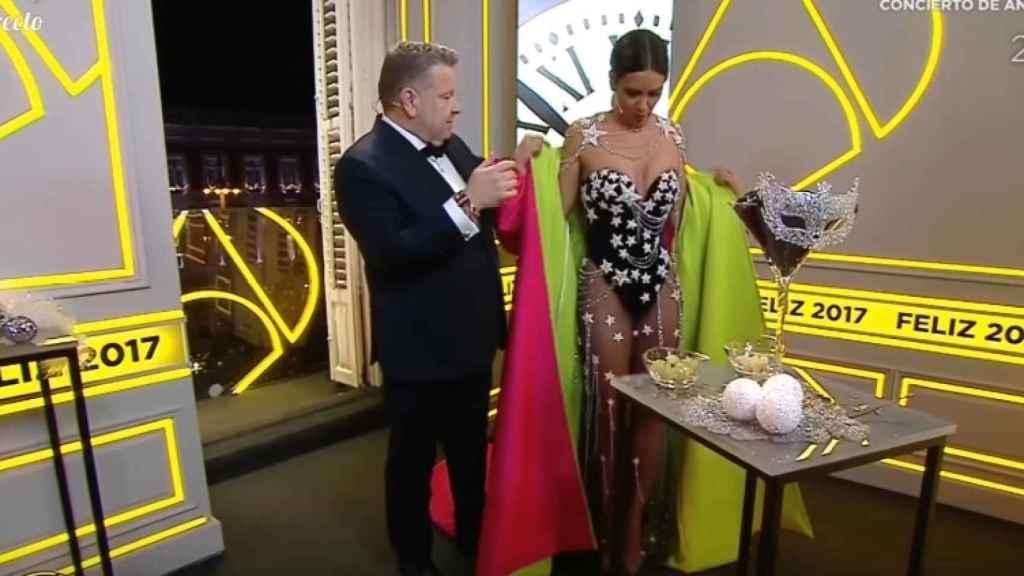 El momento en el que Cristina Pedroche se quitó la capa para mostrar su vestido a los espectadores.