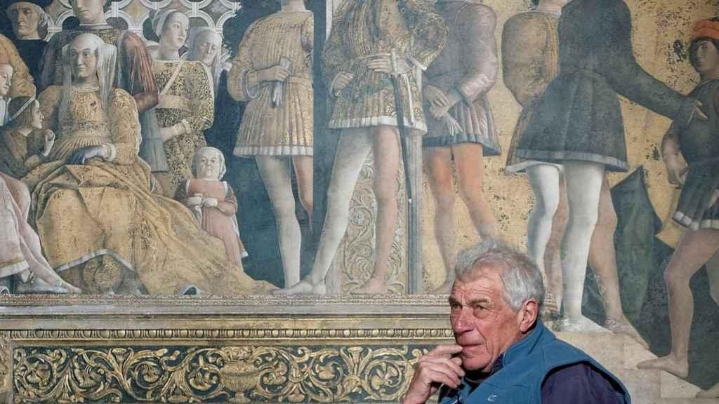 John Berger en el Museo del Prado, con un fondo de la Cámara de los esposos, de Mantua.